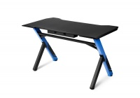 Una scrivania particolarmente robusta che strizza l'occhio ai gamers.